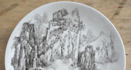 广西工艺美术大师关永华瓷雕作品:《山水刻盘》