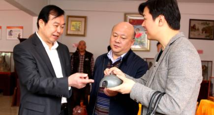 罗永东副市长察看坭兴陶新产品
