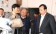 罗永东副市长察看工艺小提包