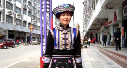 广西工艺美术大师李冬梅:瑶绣服装 青春靓丽