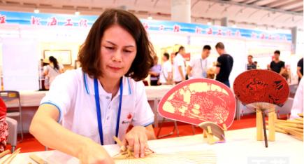 广西工艺美术大师邱燕珍在南宁作现场表演