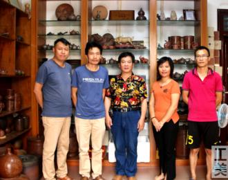 中华工艺美术网副总编唐国宣到钦州采访坭兴陶工艺事业