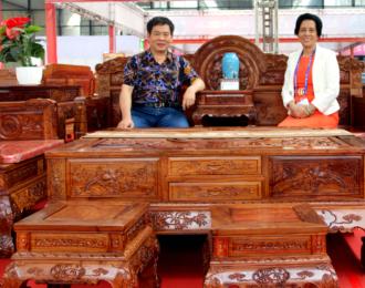 中华工艺美术网唐国宣采访北流市联众红木家具厂邹伟清