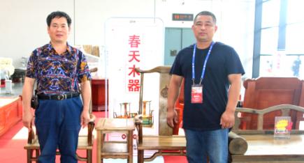 中华工艺美术网副总唐国宣采访北流家具商会副会长李言欢