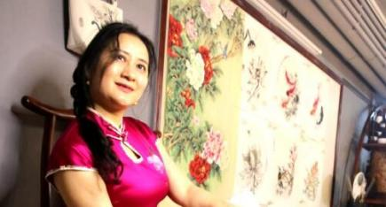 秦子惠:绘画与工艺美术相结合 旗袍迷人甜心间
